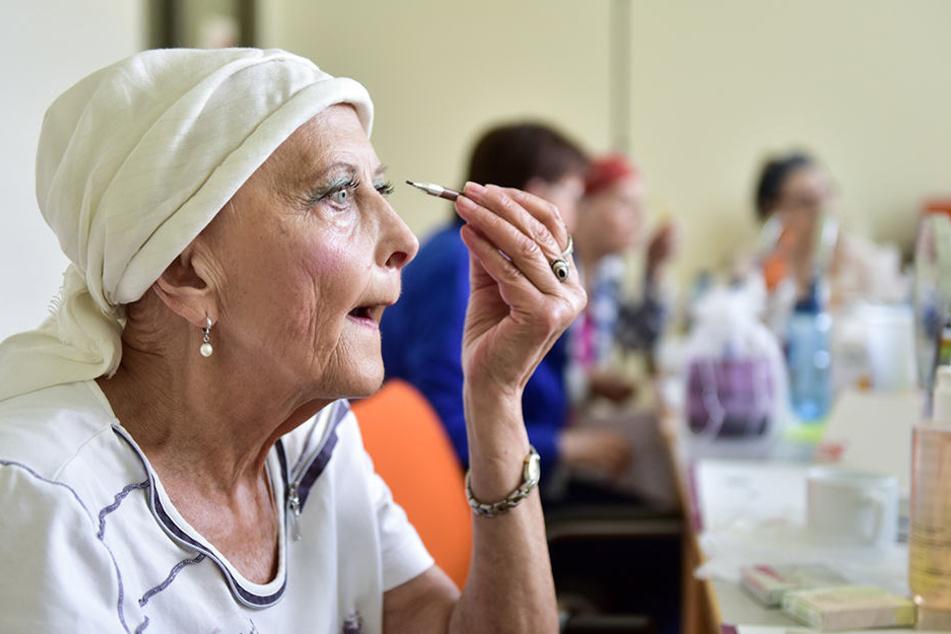 Karin Mahnke (72) genießt es, sich im Kosmetik-Seminar zu schminken.