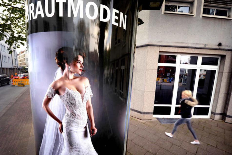 Mittlerweile sind keine Brautkleider mehr in den Schaufenstern zu sehen.