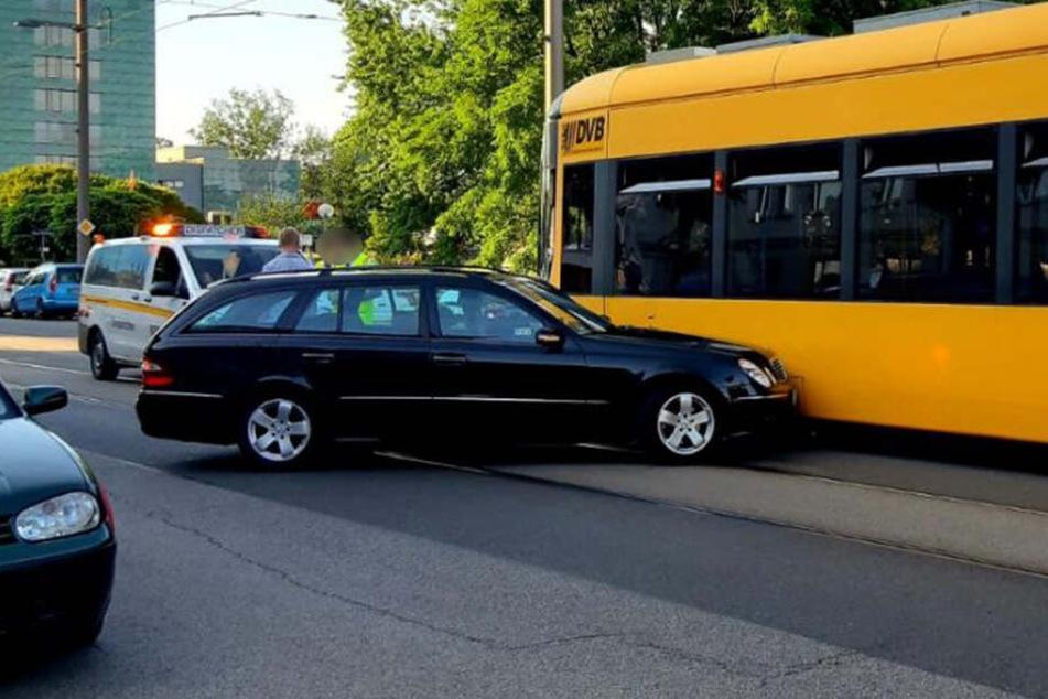 Ein Mercedes und eine Straßenbahn stießen auf der Ostra-Allee in der Wilsdruffer Vorstadt zusammen.