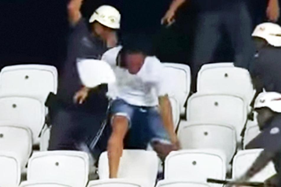 Polizei prügelt auf Fußballfans ein, weil sie mit Sitzschalen beworfen wird