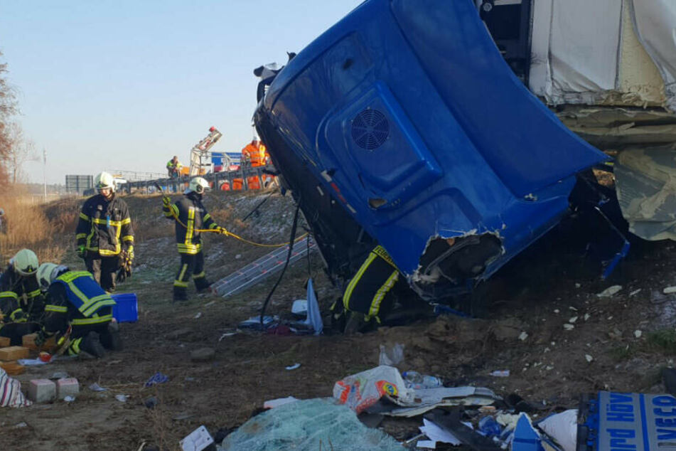Der Laster kippte durch den Unfall um.
