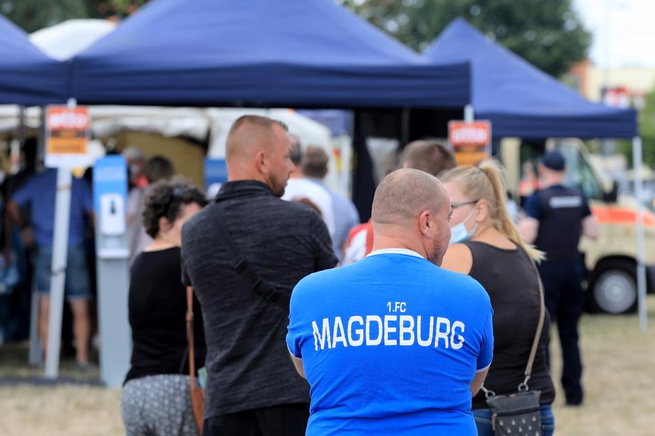 Bei einer großen Aktion im Vorfeld der Drittligapartie zwischen dem FC Magdeburg und dem SC Freiburg II haben am Samstag mehr als 100 Menschen ihre Corona-Impfung erhalten.