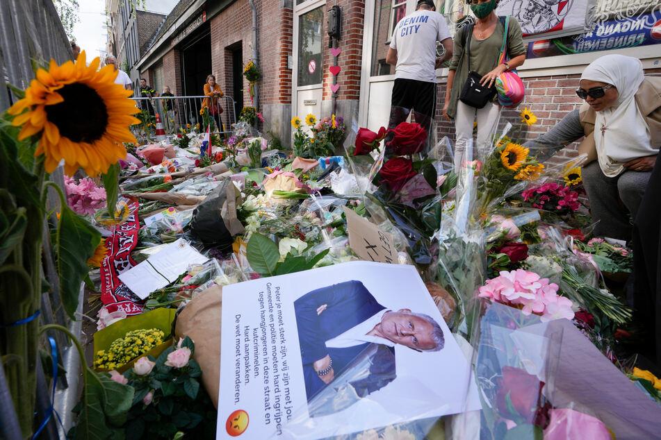 Amsterdam: Einige Menschen haben Bilder des Kriminalreporters und Blumen am Tatort niedergelegt.