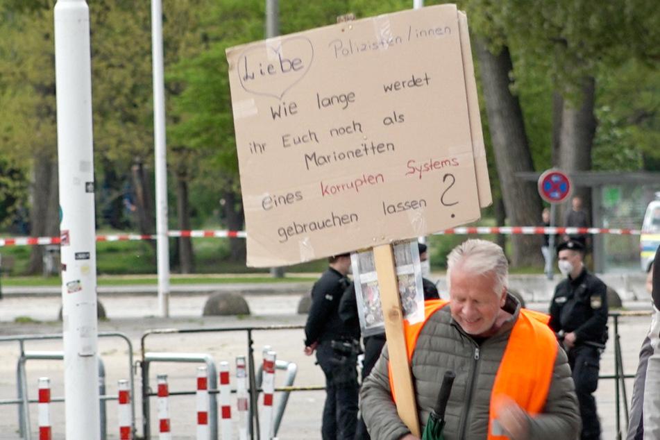 Nach Angaben der Polizei kamen am Samstag knapp 1200 Demonstranten zu der Kundgebung im Freistaat Bayern.