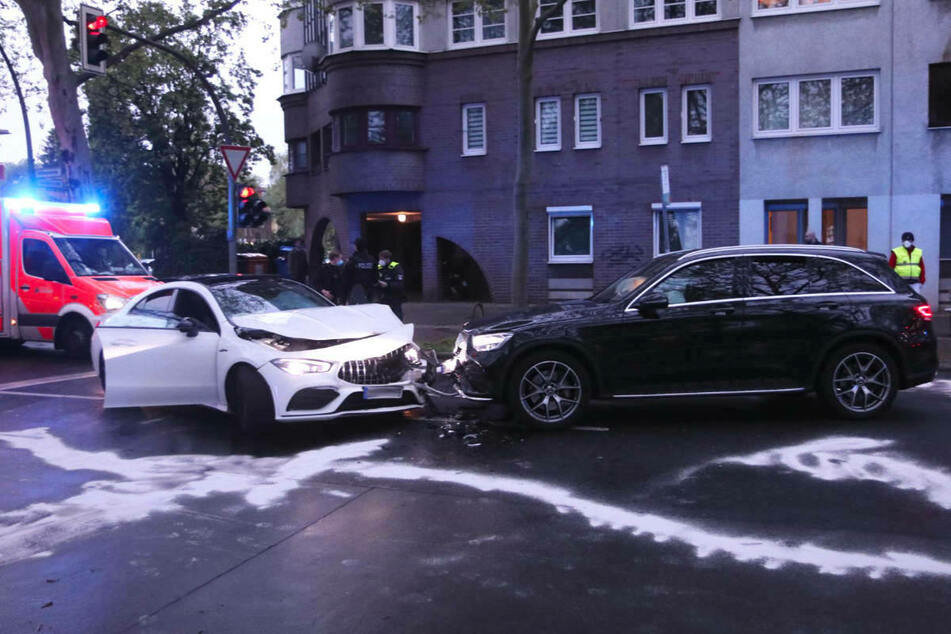 Am Donnerstagabend sind bei einem Verkehrsunfall in Berlin-Steglitz drei Menschen schwer verletzt worden.