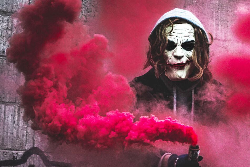 Typ im Joker-Outfit droht Kindern mit Messer