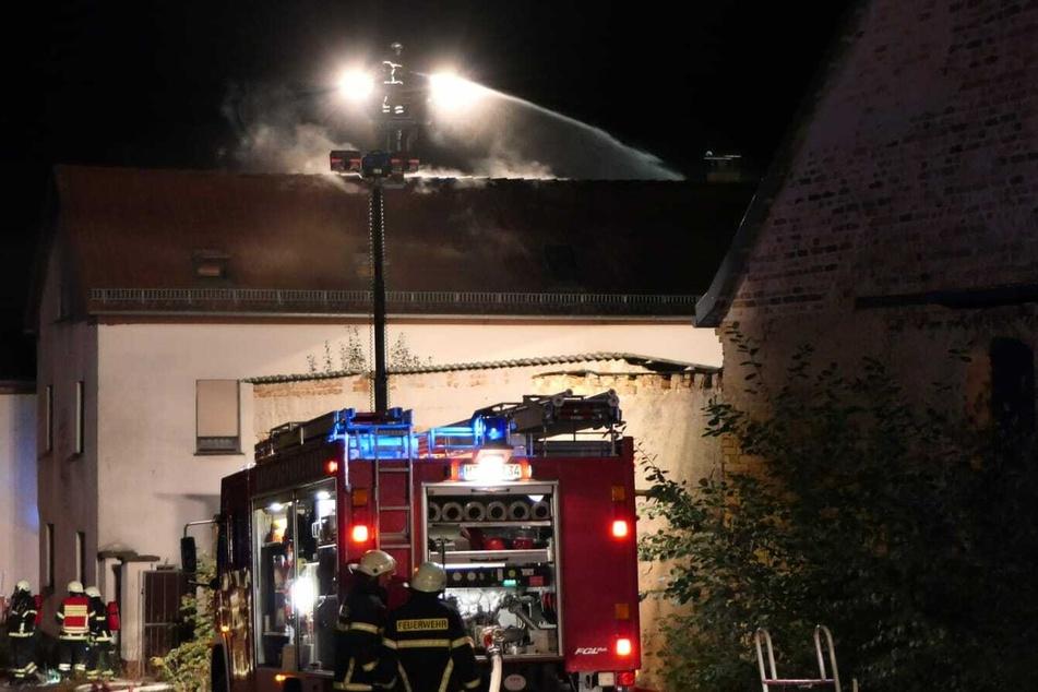 Einsatzkräfte mehrerer Feuerwehren bekämpften am Sonntagabend die Flammen.