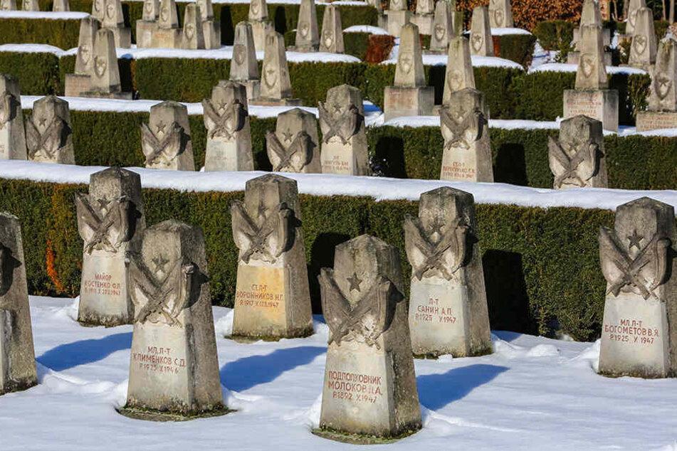 Zwischen 1946 bis 1987 wurden hier sowjetische Soldaten und Angehörige beerdigt. Ein Obelisk zeigt Soldaten und ein der Truppe zuzwinkerndes Mädchen.