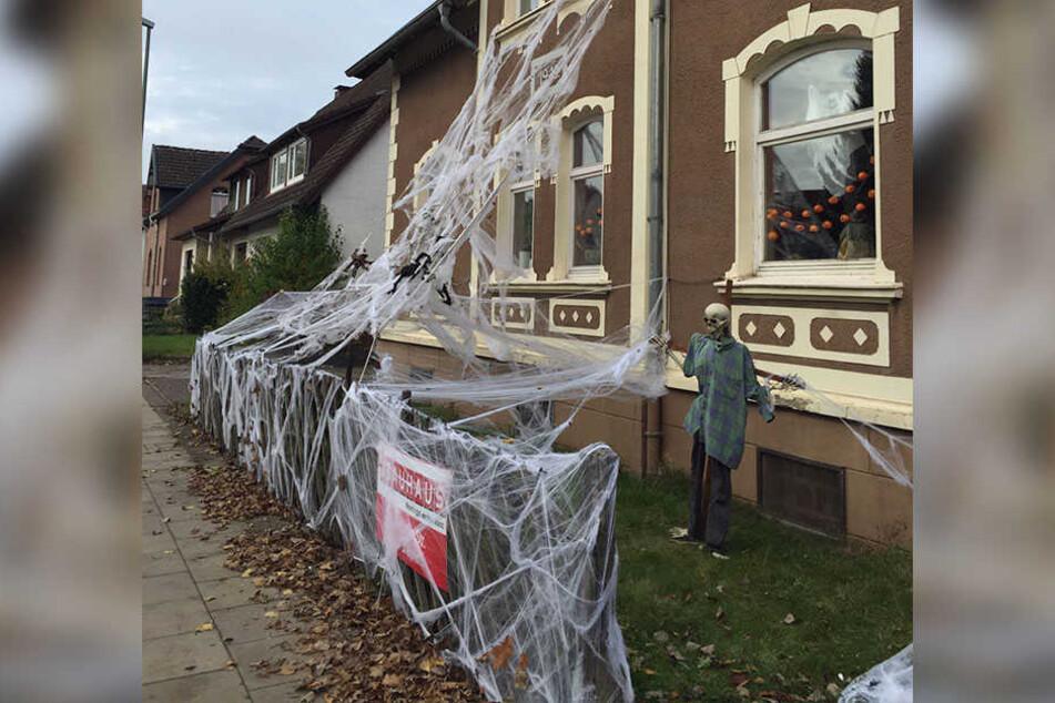 Die Fassade ist mit einem riesigen Spinnennetz verkleidet. Auch eine Skelett-Figur darf nicht fehlen.