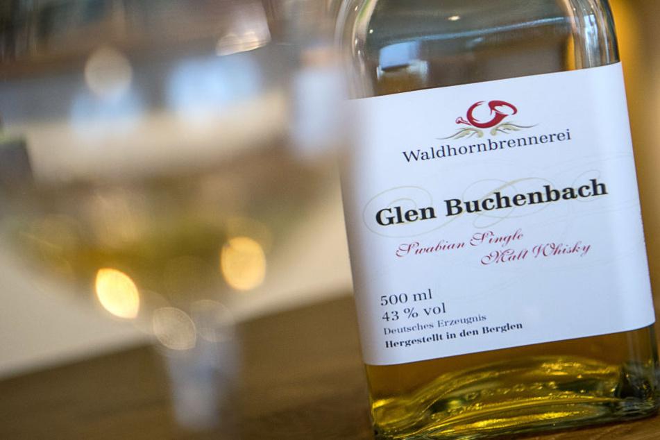 """Eine Flasche des Whiskys """"Glen Buchenbach"""" steht auf einem Tisch im Hofladen der Waldhornbrennerei."""