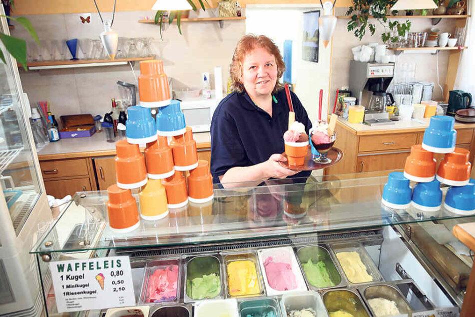 Da werden Erinnerungen wach: Chefin Ronny Marschner (53) verkauft jetzt Eis  aus DDR-Bechern.