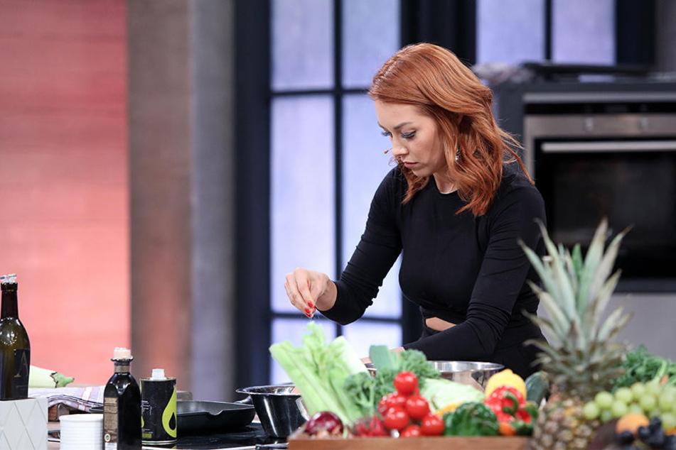 Oana Nechiti zaubert als Vorspeise ein veganes Gericht.