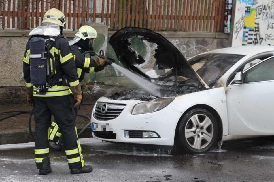 Kameraden der Leipziger Feuerwehr mussten einen brennenden Opel in der Spinnereistraße löschen.