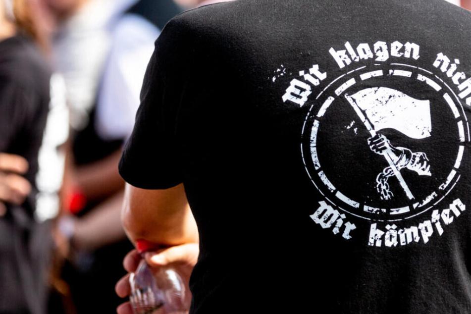 """""""Wir klagen nicht, wir kämpfen"""", steht auf dem T-Shirt eines Rechtsextremisten."""