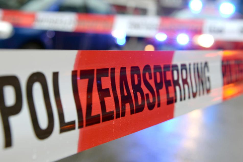 Die tote Frau wurde neben einem Mehrfamilienhaus gefunden.