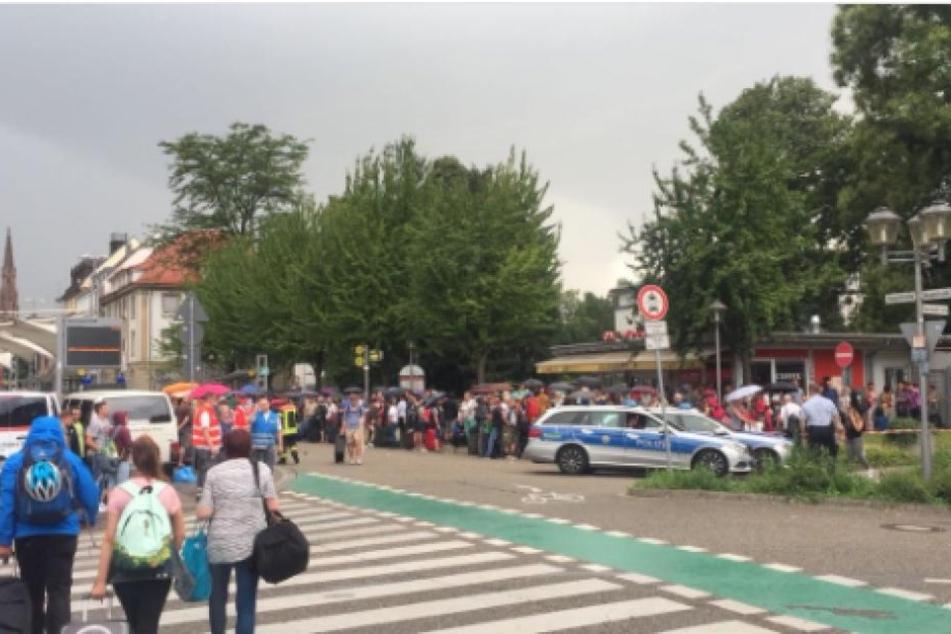 Rund tausend Menschen warten am Bahnhof in Offenburg darauf, endlich weiterfahren zu können.