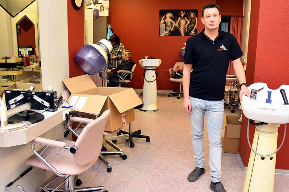 Friseur Tobias Pätzold (31) musste seinen Salon einen Tag geschlossen halten, weil Einbrecher fast alle Scheren mitgenommen hatten.