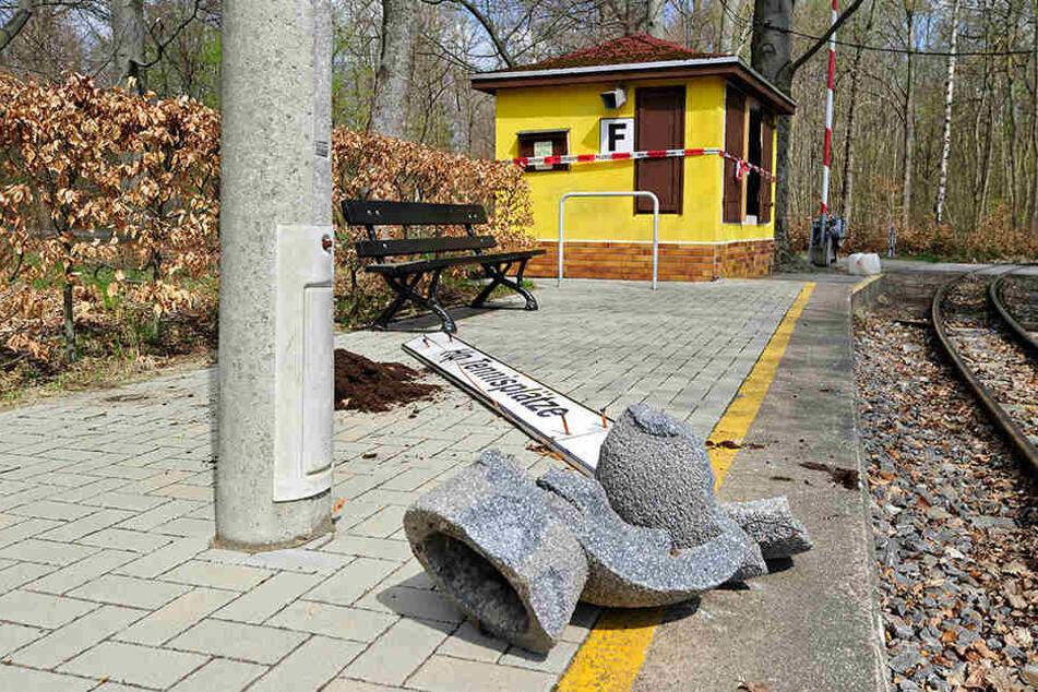 Vandalen suchten den Haltepunkt der Parkeisenbahn heim.