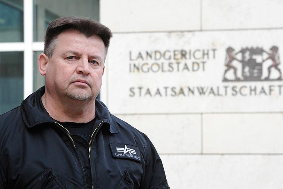 Kläger Jürgen Pflaum vor dem Landgericht in Ingolstadt. Pflaum und seine Frau verklagen die Züchterin ihres kranken Mopses auf Schadensersatz.