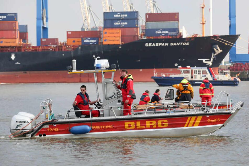 Rettungskräfte auf der Elbe. Symbolbild.