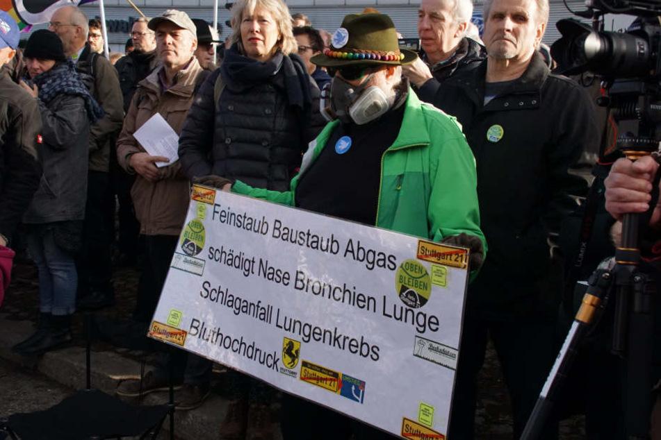 Neujahr- Aufmarsch: etwa 400 Stuttgarter demonstrieren gegen Feinstaub-Belastung