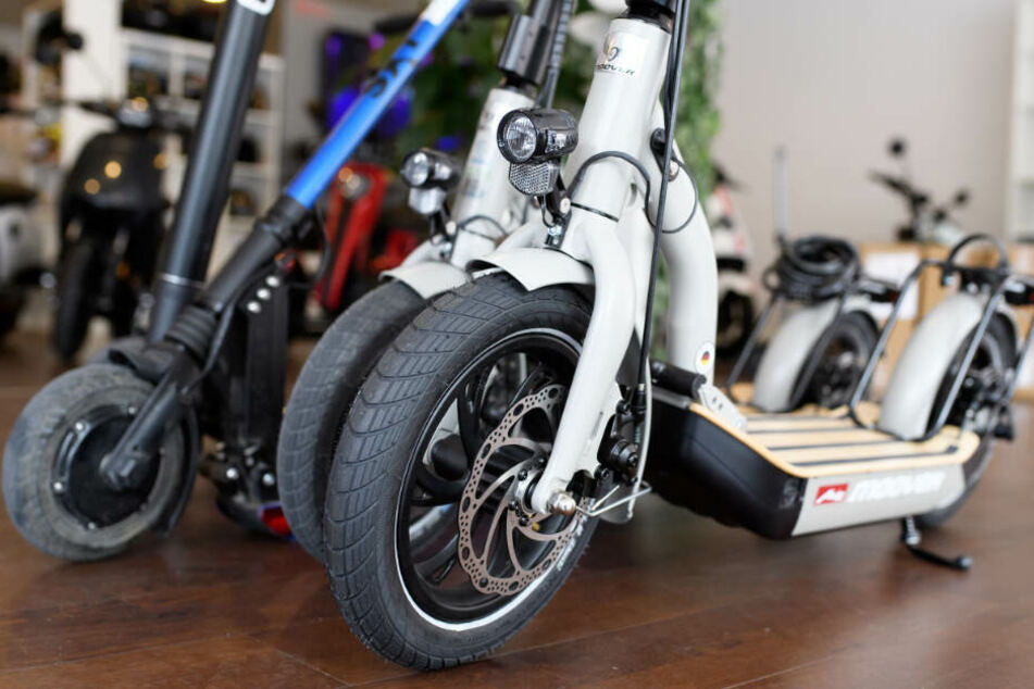 E-Scooter verschiedener Hersteller stehen in einem Laden.