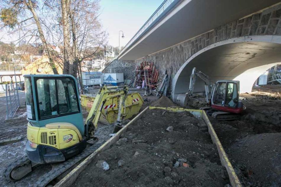 Auf Loschwitzer Seite werden die Kasematten unterhalb der Brücke  stabilisiert.