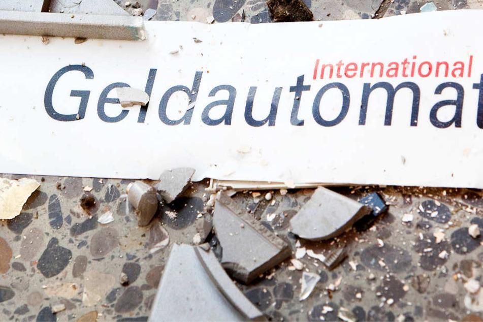 Der Geldautomat wurde durch den Sprengversuch beschädigt, aber nicht zerstört (Symbolbild).