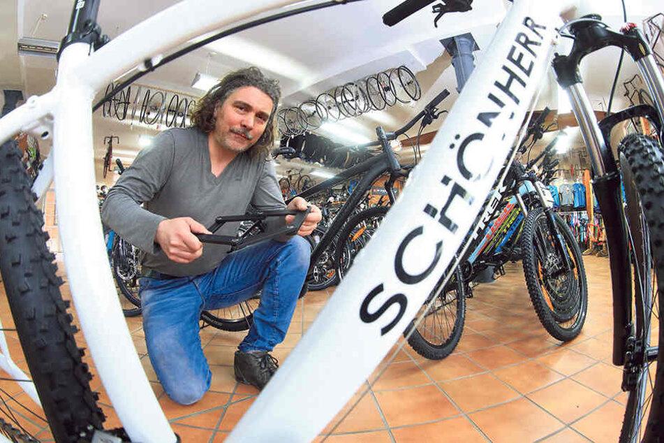Jörg Prager (47) baut seine Fahrräder auf Wunsch zusammen. Beim Thema Sicherheit kennt er sich aus, er empfiehlt zum Beispiel Faltschlösser.