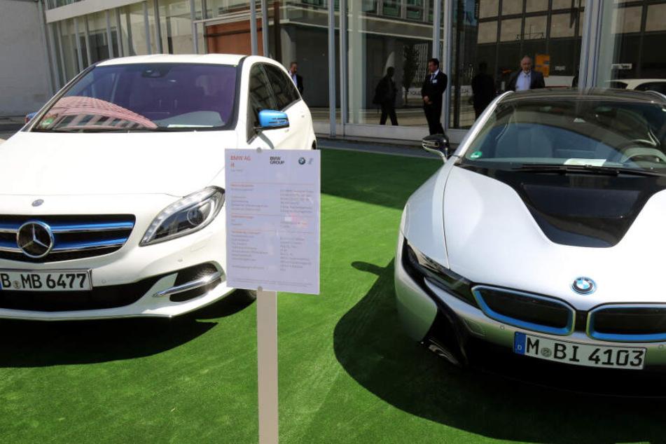 Juni 2015: Zwei Elektroautos von Daimler und BMW in Berlin.
