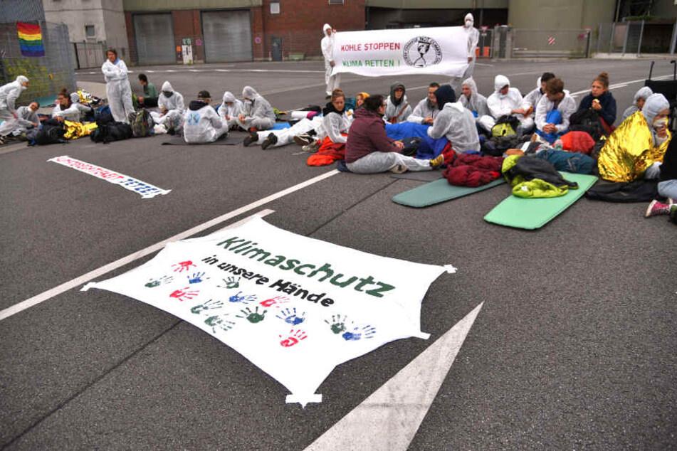 Aktivisten vor dem Haupttor.