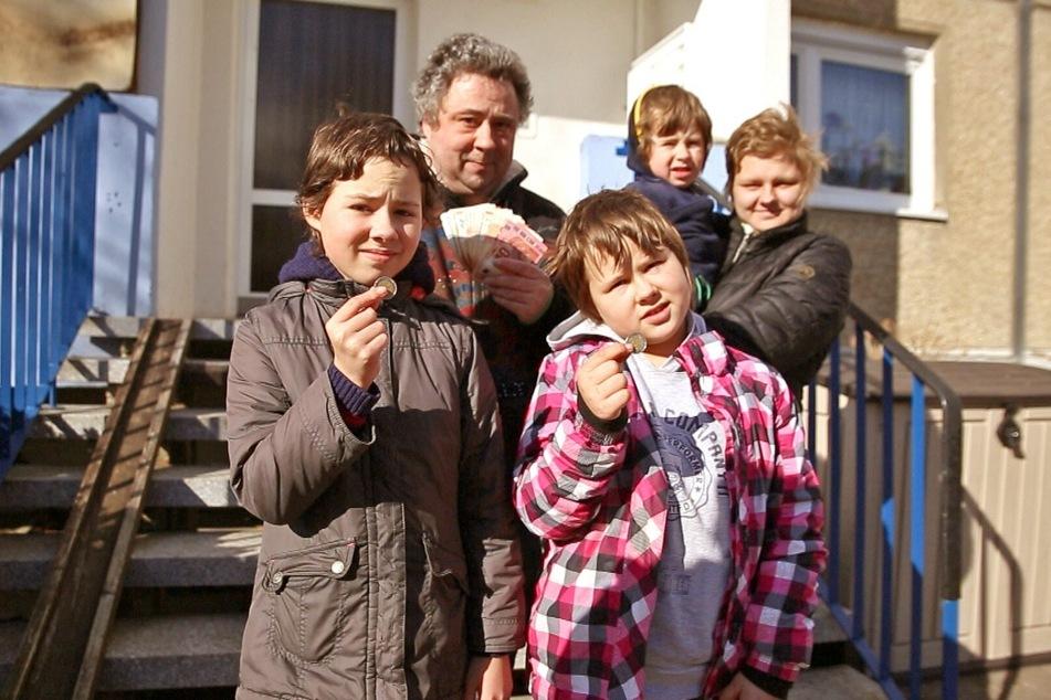 Heiko (35), Tina (29) und ihre Kinder Jasmin (11, l.), Lena (9) und Pascal (4, hinten) müssen jeden Cent zweimal umdrehen.