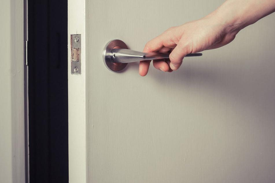 Mit Gewalt musste der Nachbar die Tür öffnen und machte grausige Entdeckung.