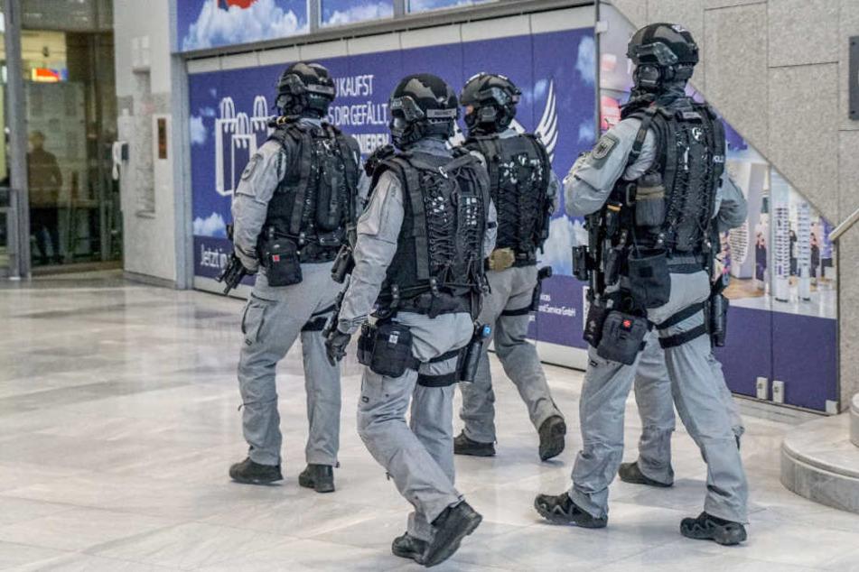 Schwer bewaffnete Polizisten am Stuttgarter Flughafen.