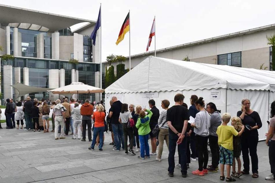 Vor dem Bundeskanzleramt standen die Menschen Schlange für einen Besuch bei Angela Merkel.