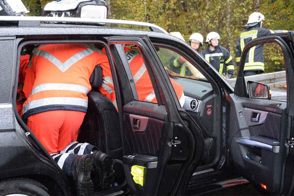 Der Mercedes kam ins Schleudern und landete an der Leitplanke. Der Fahrer war in seinem Auto gefangen.