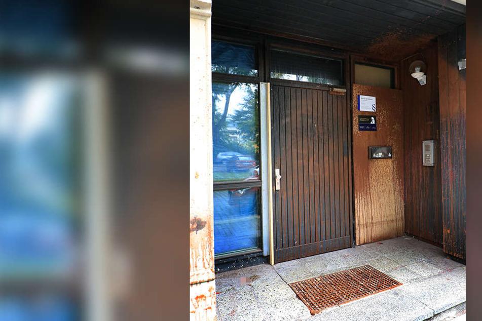 Die Angreifer besudelten den Eingang des Bürohauses.