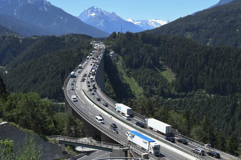 Auf der Europabrücke der Brennerautobahn staut sich der Verkehr. (Archivbild)