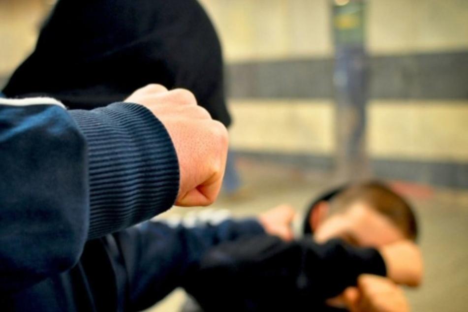 Ein Unbekannter schlug am Samstagabend auf den 52-Jährigen ein. (Symbolbild)