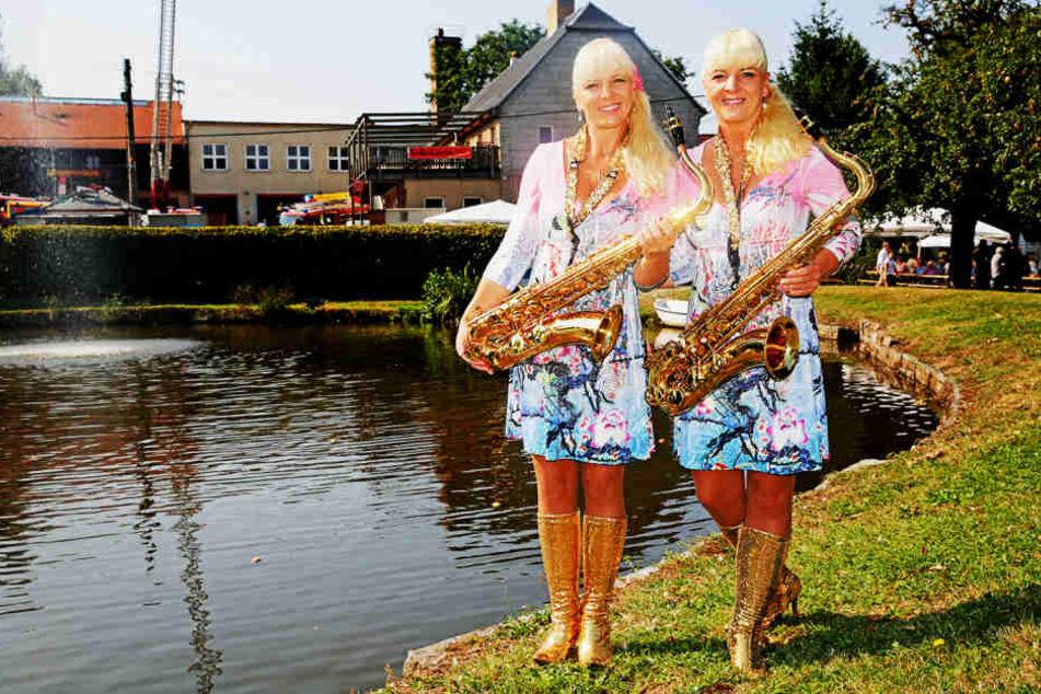 Mit Akrobatik und Saxofon verzaubern die Dixie-Zwillinge Carmen & Claudia  seit Jahren ihr Publikum.