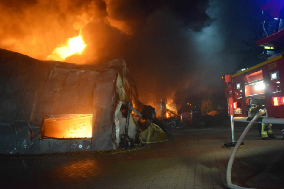 Die Industriehalle konnte von der Feuerwehr nicht mehr gerettet werden.