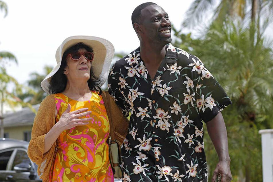 Baaba Keitas (Omar Sy) Mutter Zohra (l., Byouna) genießt das Leben in Miami in vollen Zügen.