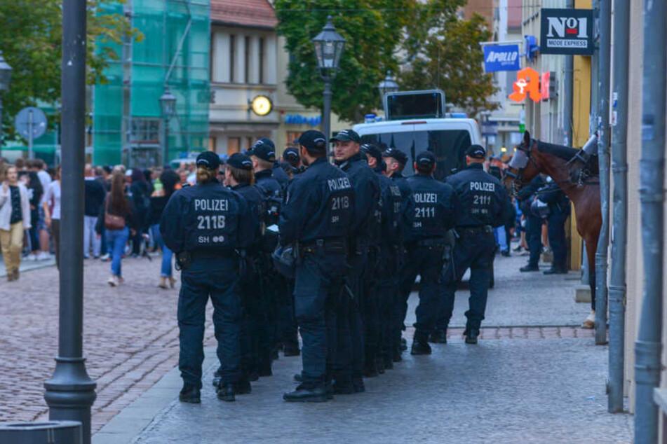 Ein Großaufgebot der Polizei, darunter eine Reiterstaffel und Wasserwerfer, sicherten die Kundgebung ab.
