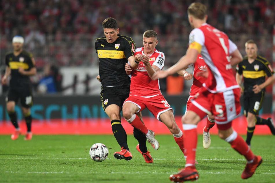 Grischa Prömel von Union und Stuttgarts Mario Gomez kämpfen um den Ball.