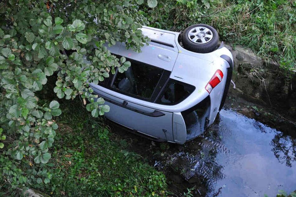 Böses Ende einer Autofahrt: In einem Bach bei Leuba landete am Montagabend ein Hyundai.