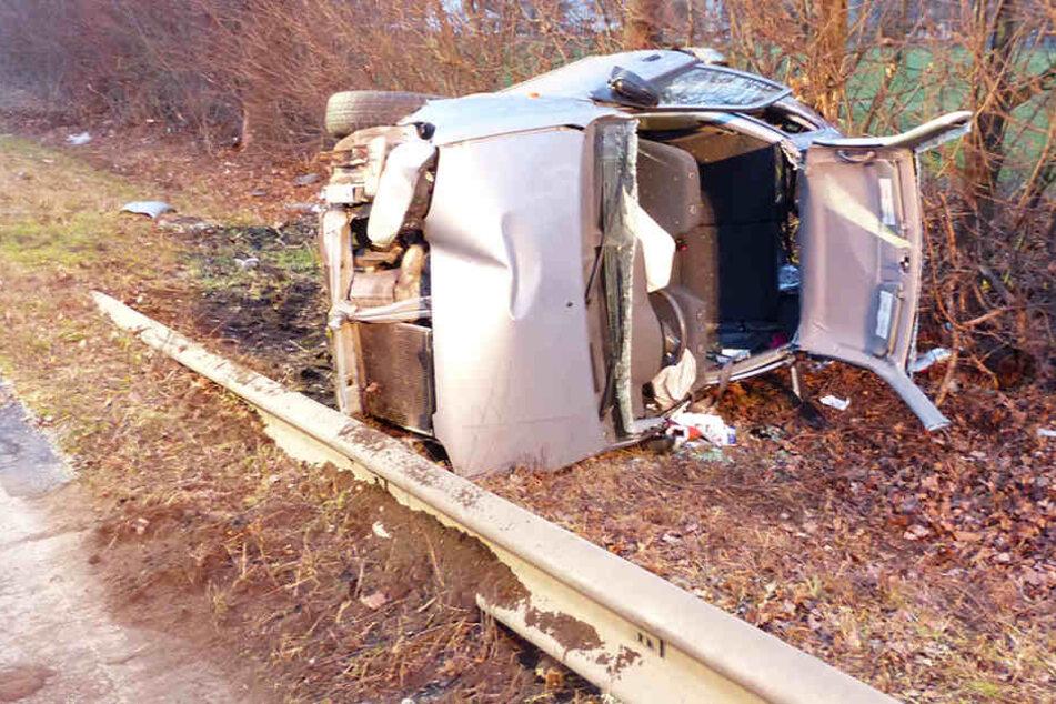 Aus diesem Wrack konnten sich der Fahrer (26) und Beifahrer (22) aus eigener Kraft retten.