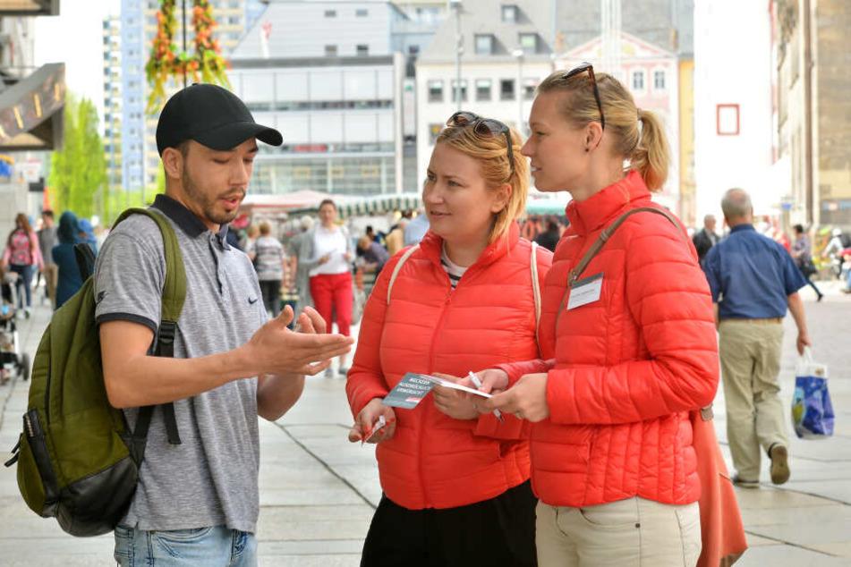 Die Verbraucherzentrale sucht Sachsens schlechteste Firmen - Nadine Girke-Meineck und Christina Siebenhüner (36) sprachen mit Tabesch Achmadi (21).
