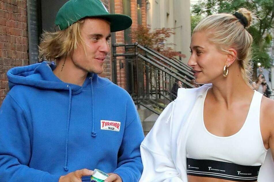 Der Sänger ist seit 2018 mit Hailey Bieber (23, r.) verheiratet.