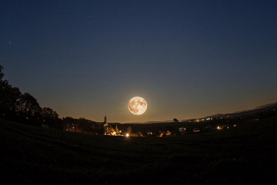 Der Mond über Goldbach bei Bischofswerda.