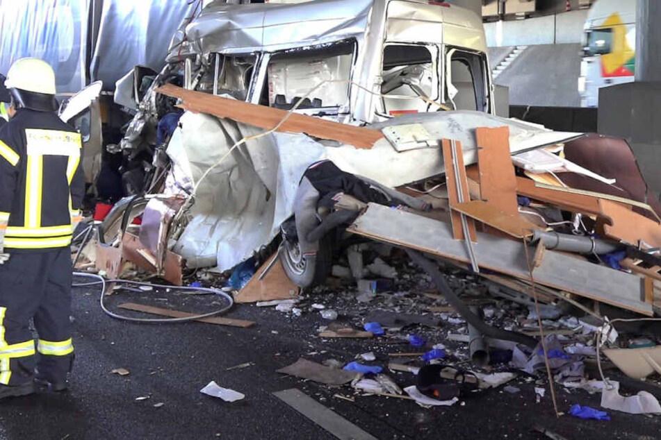 Horror-Fotos: Lkw kracht in Stauende, Transporter-Fahrer stirbt